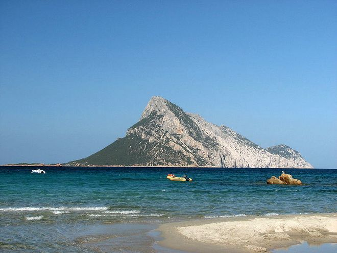 Остров Таволара - вид с острова Сардиния