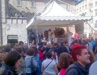 Туристы на Еврошоколаде наблюдают за творческим процессом создания скульптур
