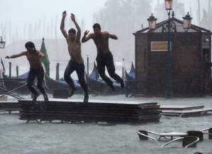 """Наводнение в Венеции - """"купальный сезон вновь открыт"""""""