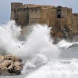Непогода: туристы прогуливаются по колено в воде