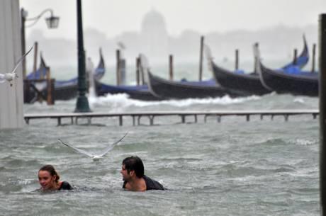 Затопление в Венеции - Площадь Сан Марко в воскресенье