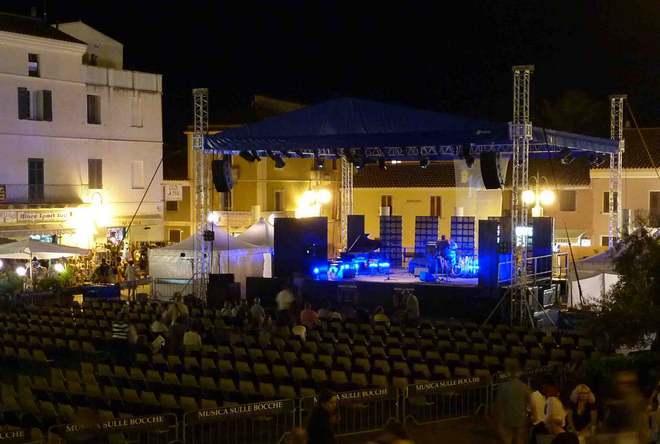 Подготовка к концерту на площади Витторио Эммануэле