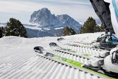По горному склону на лыжах