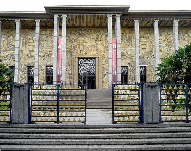 Ворота парижского выставочного центра - Дворец Port Dore