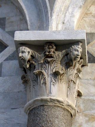 Барельеф на Пизанской башне