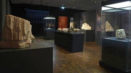Мраморные фрагменты Колизея на выставке «Один день в Колизее»