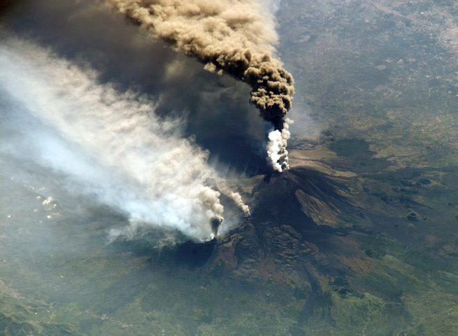 Извержение Этны (2002г.) - вид из космоса с МКС