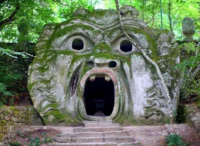 Беседка в парке чудовищ в Бомарцо