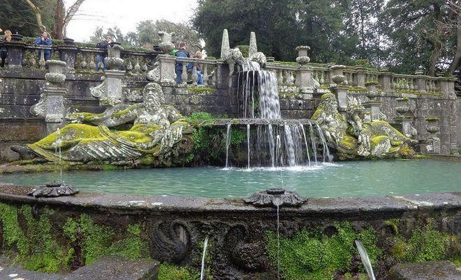 Водопад в парке чудовищ в Бомарцо