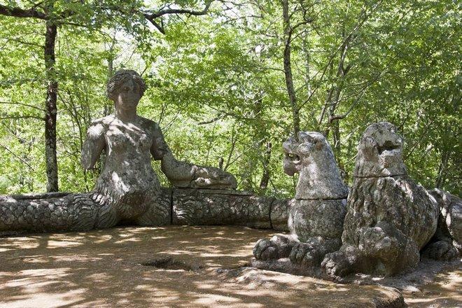Женщина-змея в парке чудовищ в Бомарцо