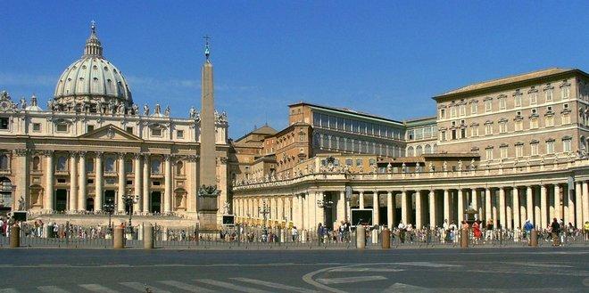 Площадь Святого Петра на фоне собора и колоннада