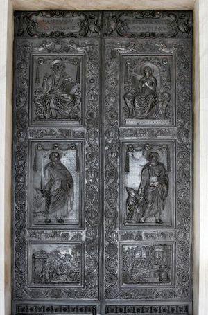 Ворота на центральном входе в собор