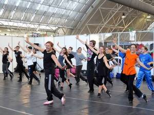 Милан переобувается в балетки