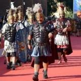 Легионеры и колесницы на красной ковровой дорожке в Риме