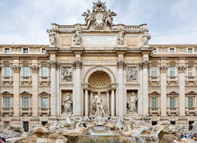 Фасад Палаццо Полли и фонтан Треви