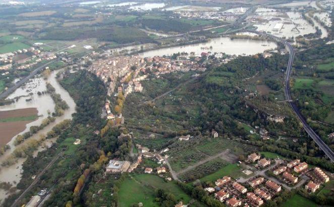 Тибр вышел из берегов в пригородах Рима