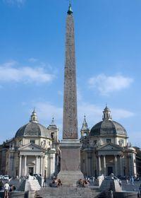 Египетский обелиск на площади, а также церкви-близнецы: Санта-Мария-ди-Монтесанто и Санта-Мария-деи-Мираколи