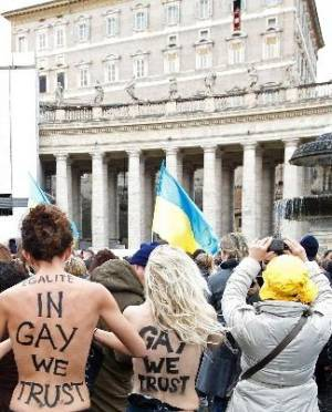 Femen: голой грудью против Папы Римского