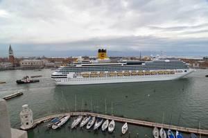 Корабли в лагуне Венеции ведут к её деградации