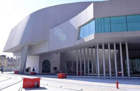Площадь перед национальным музеем современного искусства MAXXI в Риме