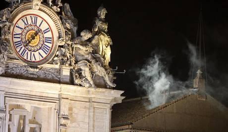 Белый дым над Сикстинской капеллой - новый Папа выбран
