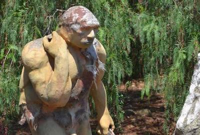 Древний человек в парке динозавров