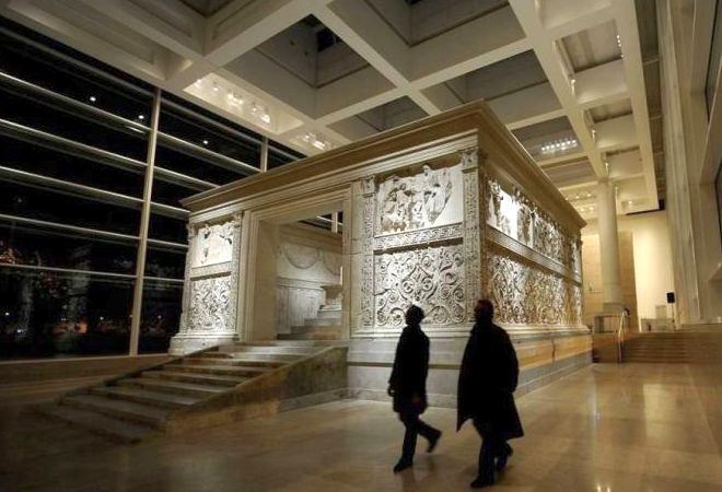 Внутри музея Алтарь мира