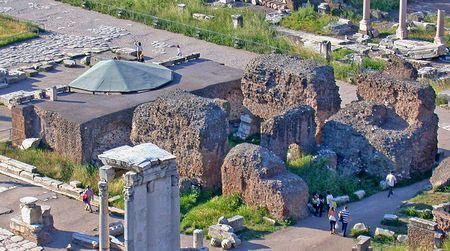 Храм Цезаря (лат. aedes Divi Iuli)
