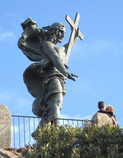 Бронзовая статуя Христа Спасителя на горе Ортобене близ Нуоро