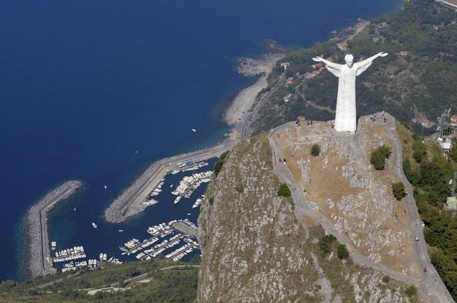 Статуя Христа-Искупителя и вид на порт
