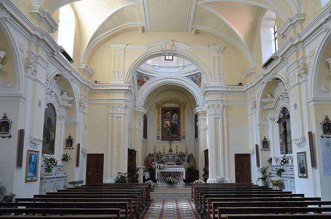 Внутри Благовещенской церкви в Маратее