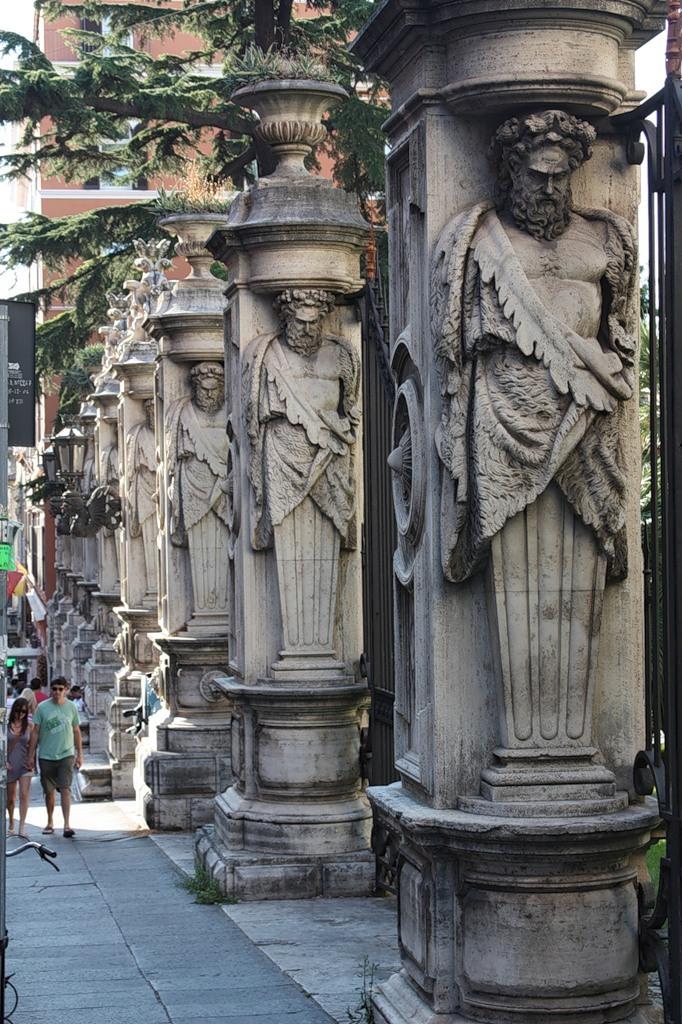 Франческо Адзурри. Металлическая ограда с восемью столбами. XIX век