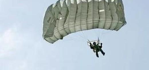 С Дуомо в Милане спрыгнул парашютист