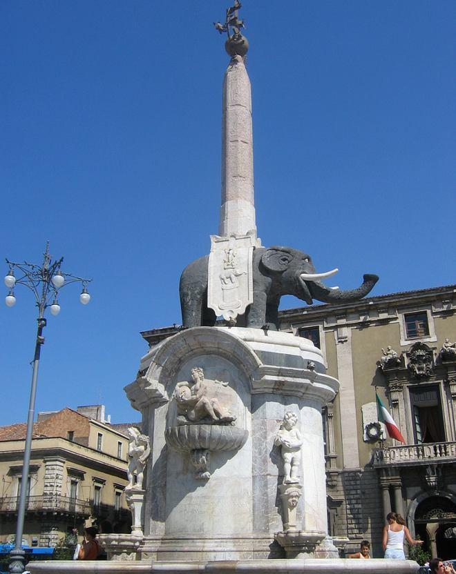 Фонтан с чёрным слоном в Катании Fontana dell'Elefante - южная сторона