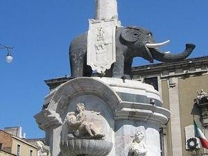 Фонтан с чёрным слоном в Катании