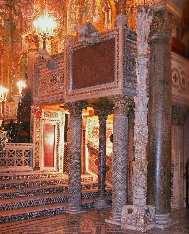 Амвон и пасхальный канделябр Палатинской капеллы