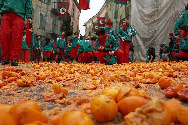 Исторический карнавал в Иврее - апельсиновые бои