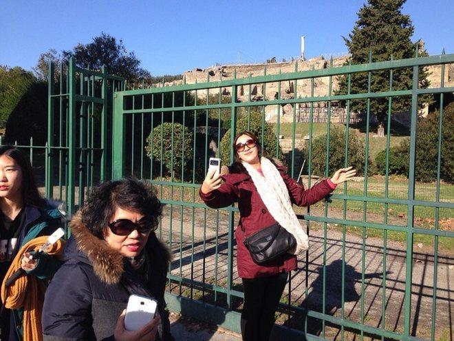 Селфи у закрытых ворот Помпеи