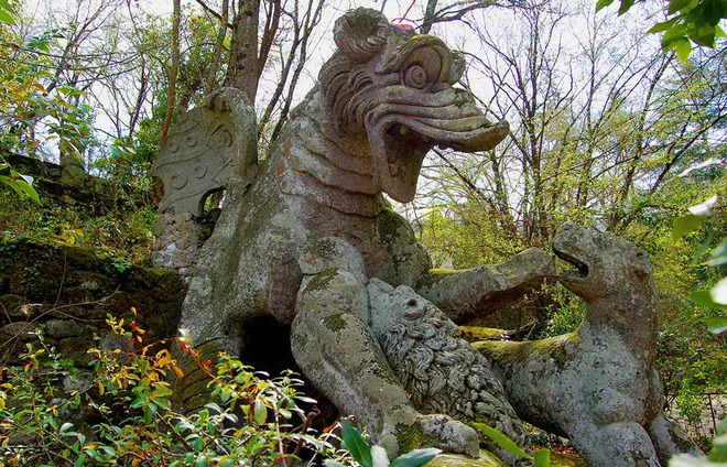 Дракон сражающийся со львом и собакой