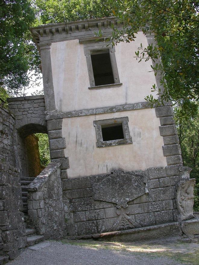 Падающий дом в Саду чудовищ в Бомарцо